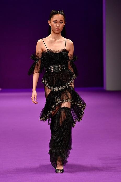 """这一季的Alice McCALL运用了大量浪漫的Chantilly蕾丝,这种17世纪就开始在法国生产的经典蕾丝轻薄精致,朦胧地勾勒着女性柔美的曲线。剪裁上则用桌布褶皱的设计,巧妙地刻画出柔美中不失力量感的现代摩登形象。淡淡的粉彩色也在整场秀中发生着变化,悄悄过渡到渐深的吊钟海棠色,又转为跳跃的青苹果绿,到最后的金属色。像是清晨在花园里早餐,经过午后的休憩,晚上又到了派对现场。如Alice McCALL本人说道,""""我为了让女孩们享受美好时光而设计衣服。去庆祝快乐、去享受乐趣。"""""""